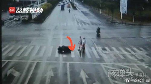 摩托车司机避让闯红灯老人摔倒身亡担主责